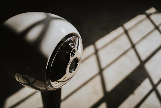 SLS 기술로 생산된 라우드스피커인 HYLIXA를 근접 촬영한 사진.jpg